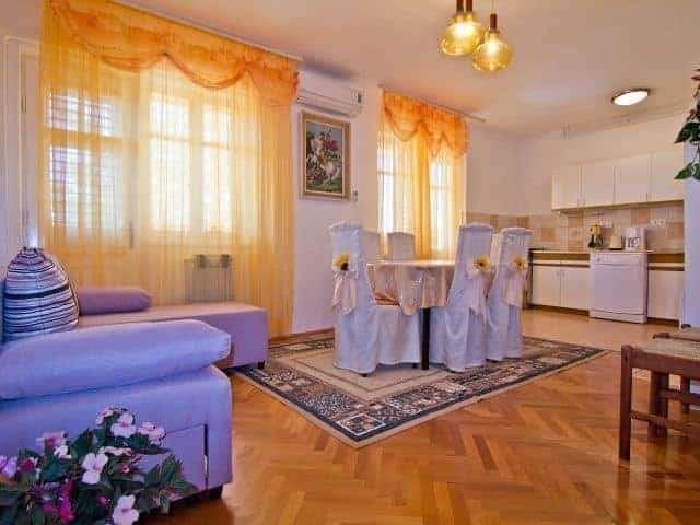 apartments with pool in croatia island