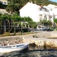 houses with mooring for boats supetarska